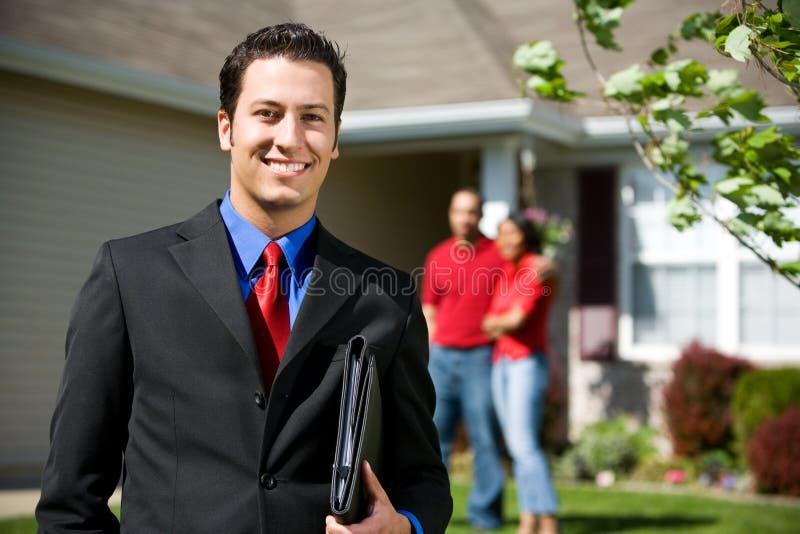 Дом: Агент недвижимости готовый для того чтобы продать домой стоковая фотография rf
