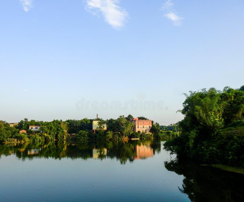 Дом виллы деревни озером стоковые фото