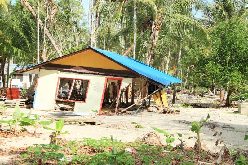 Дом двинутый таифуном стоковые фотографии rf