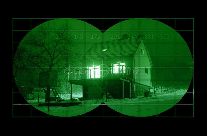 Дом во время ночи через ночное видение стоковое фото rf
