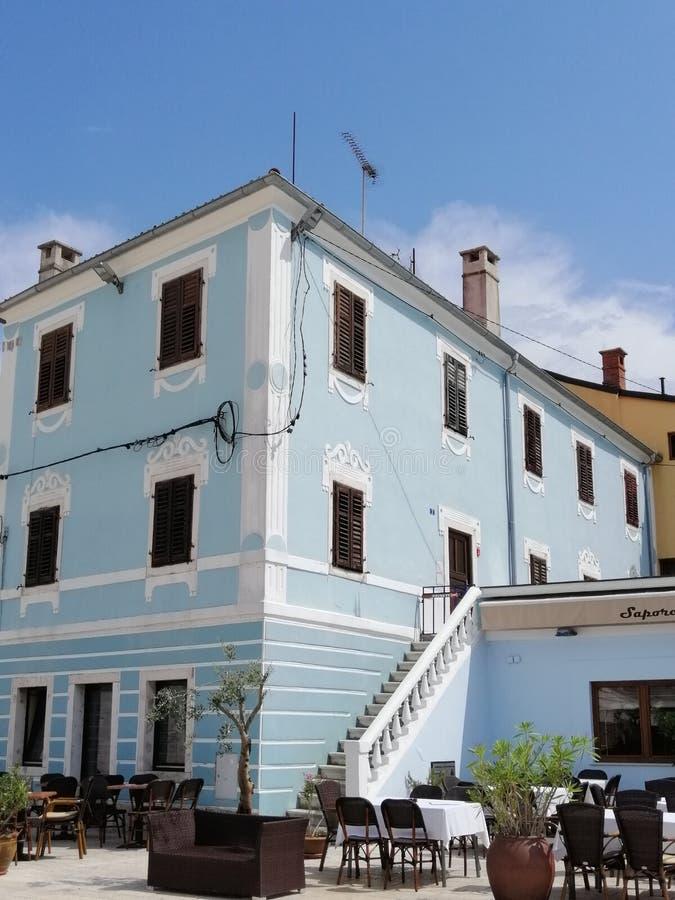 Дом в городе стоковые изображения rf