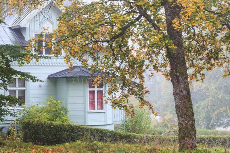 Дом в древесинах осени стоковая фотография