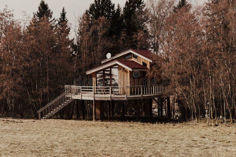 Дом в осенней сельской местности стоковое фото rf