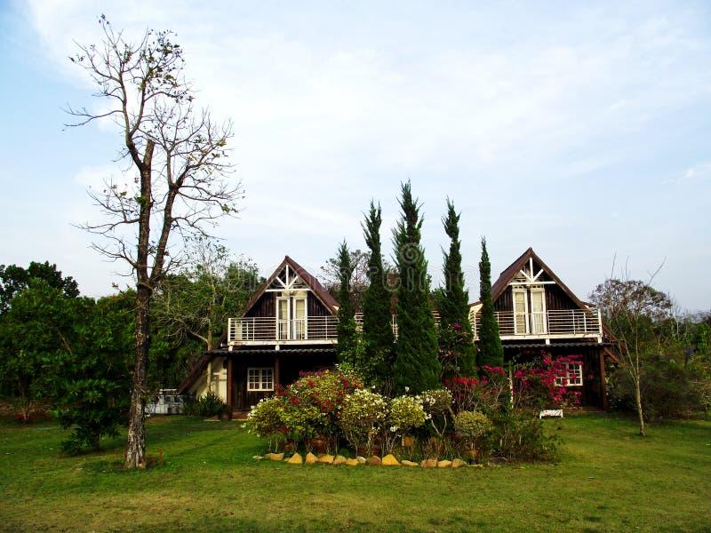 Дом в саде стоковое изображение