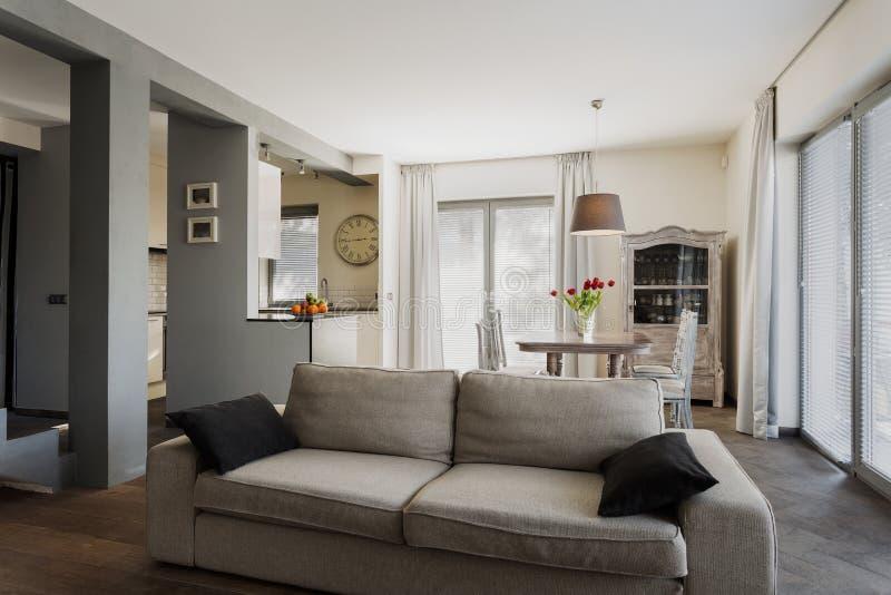 Дом в современном ретро стиле стоковое изображение rf