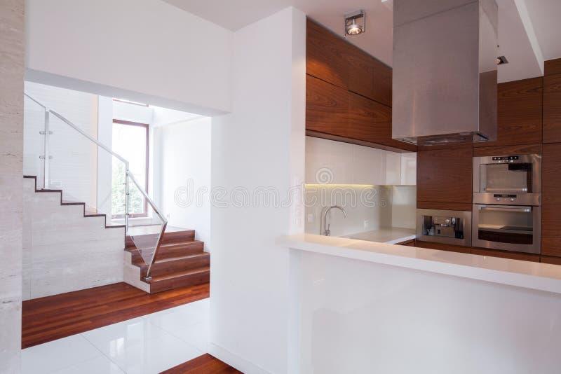 Дом в minimalistic дизайне стоковое фото rf