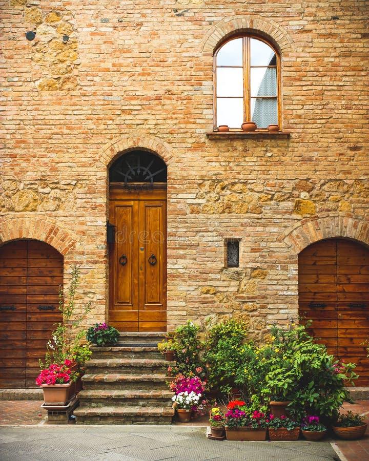 Дом городка парадного входа итальянский стоковые изображения rf