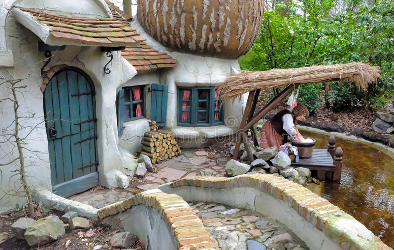 Дом гриба гнома в лесе в themepark efteling стоковое фото