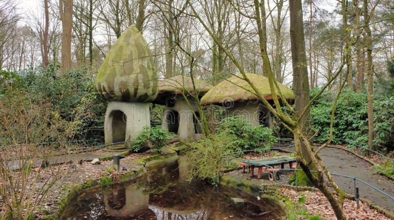 Дом гриба гнома в лесе в themepark efteling стоковое фото rf