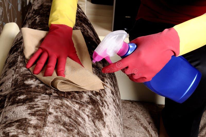Download дом девушки чистки стоковое фото. изображение насчитывающей вскользь - 18382768