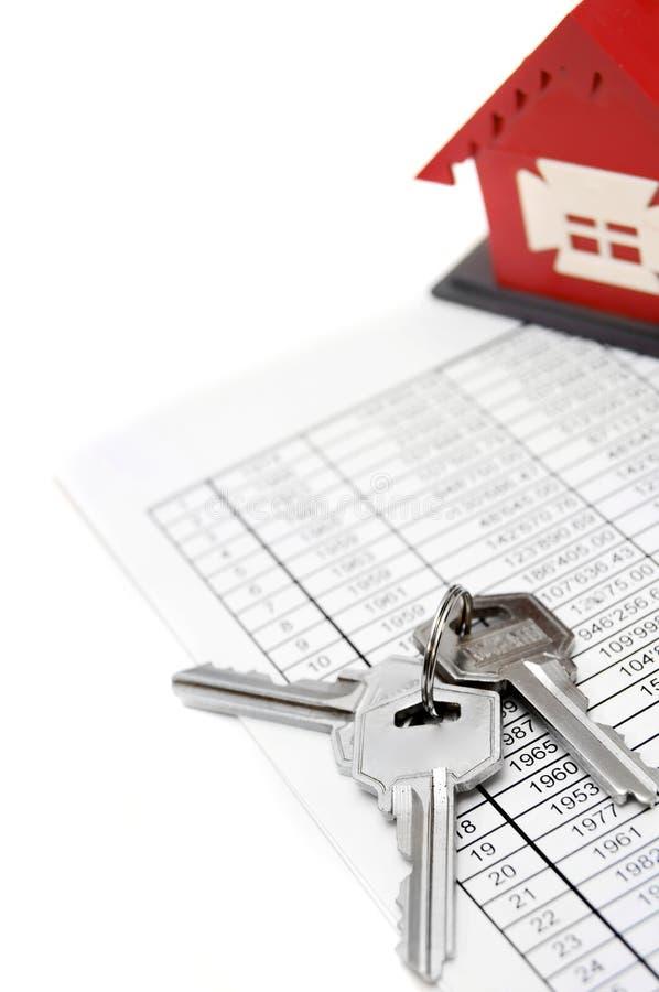 Дом, документы и ключи игрушки. стоковые фотографии rf