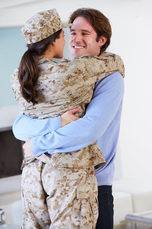 Дом жены супруга приветствуя воинский на разрешении стоковые изображения