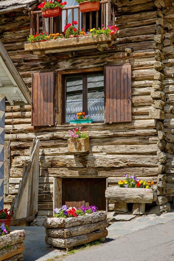 Дом журнала в природном парке Queyras, южных Альпах, Франции стоковые фотографии rf