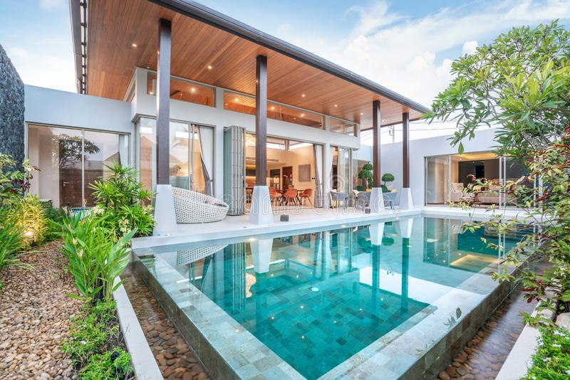 Дом или экстерьер и дизайн интерьера жилищного строительства показывая тропическую виллу бассейна с зеленым садом стоковые фото