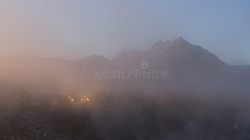 Дом и держатель Morrison около места горячей заводи геологохимического, мамонтовых озер на туманном утре зимы стоковая фотография