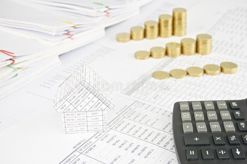 Дом и калькулятор с кучей шага группы золотых монеток стоковое изображение rf