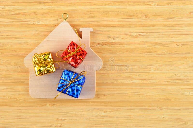 Дом и подарок игрушки деревянные стоковая фотография rf