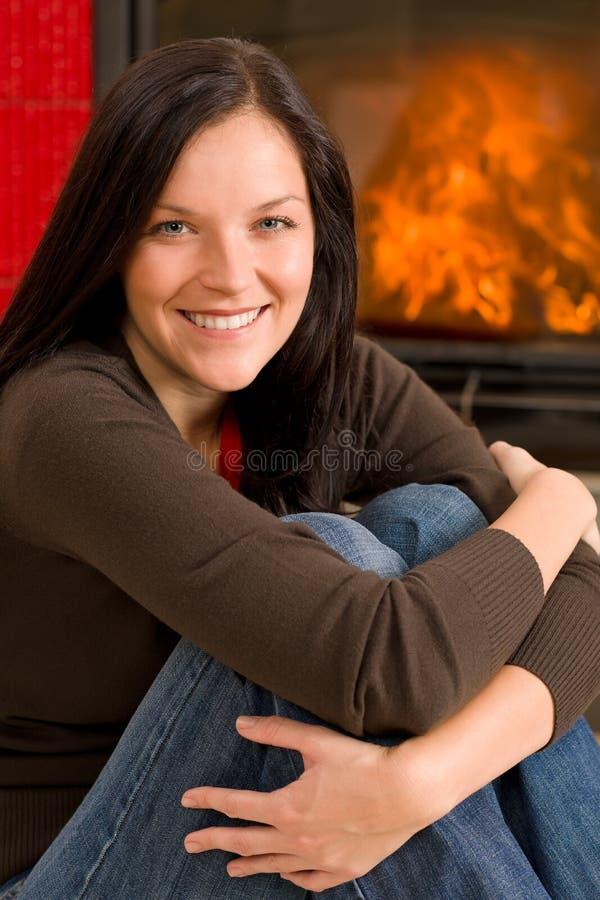 дом камина счастливый ослабляет вверх по теплой женщине стоковые фотографии rf