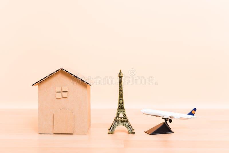 Дом картона бумажные модельные, Эйфелева башня и самолет самолета стоковое изображение rf