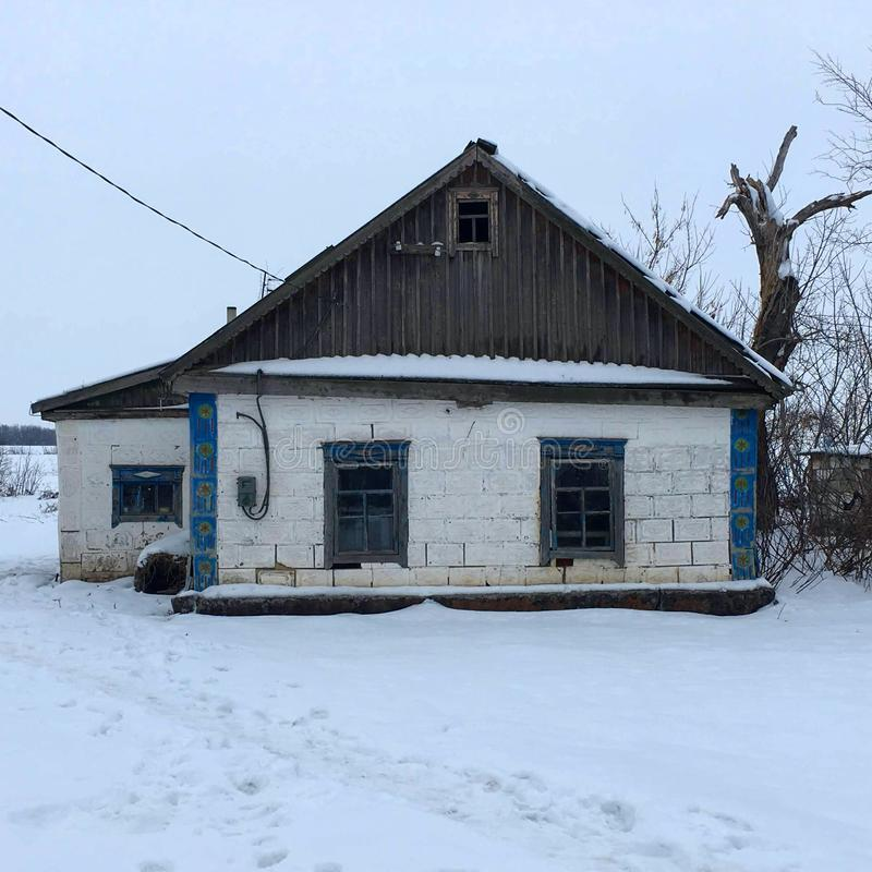 Дом который был построен 90 лет назад для того чтобы находиться в сельской местности, там все еще жить людей стоковые изображения rf