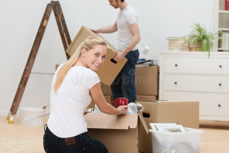 Дом красивой женщины moving стоковая фотография
