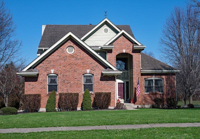 Дом красного кирпича с высокорослым входом стоковые фотографии rf