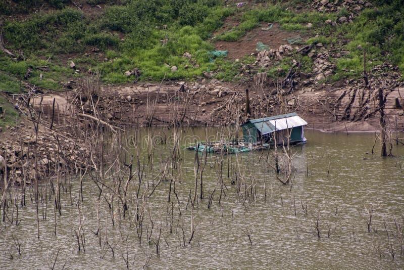 Дом лачуга на воде окруженной выхватами стоковые изображения