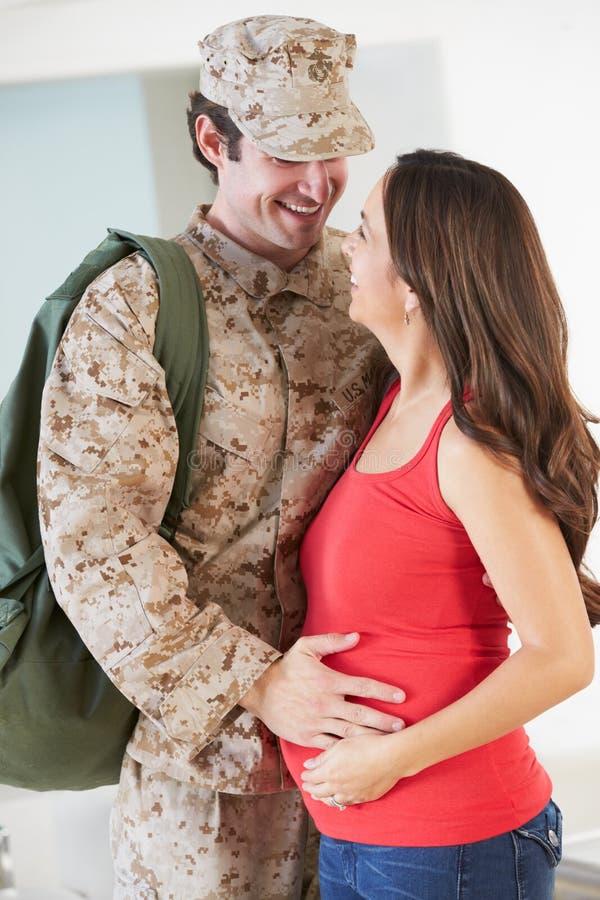 Дом матери беременной жены приветствуя воинский на разрешении стоковые изображения rf
