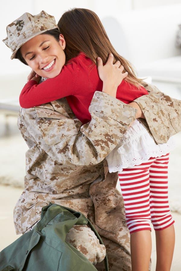 Дом матери дочери приветствуя воинский на разрешении стоковое изображение