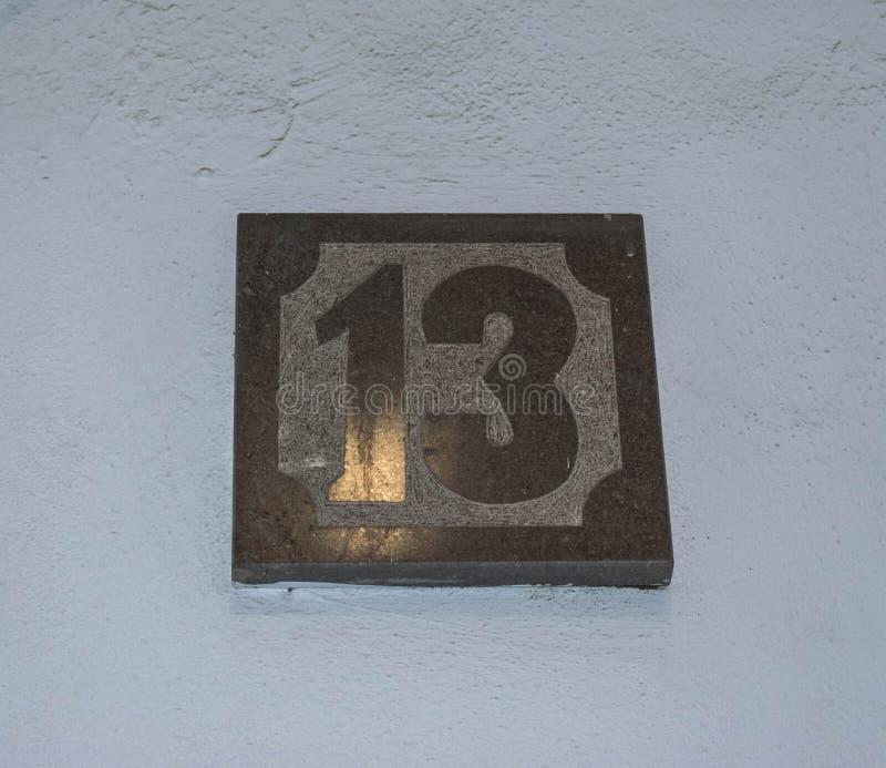 Дом 13 напольный знак стоковое фото