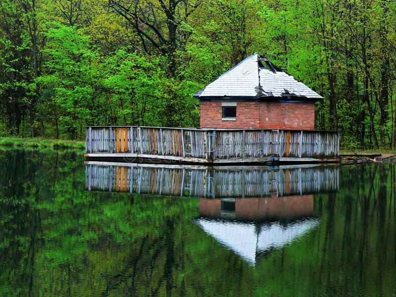 Дом насоса озера стоковое изображение rf