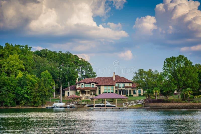 Дом на береге озера Нормана, в Cornelius, Северная Каролина стоковые изображения rf