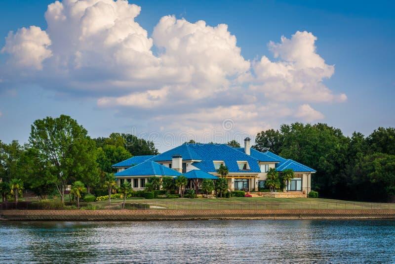 Дом на береге озера Нормана, в Cornelius, Северная Каролина стоковые фотографии rf
