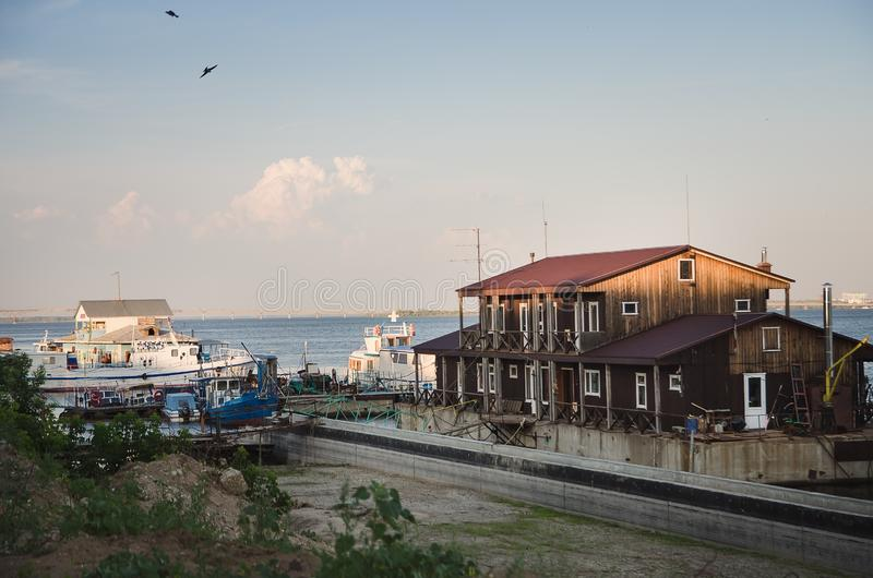 Дом на воде в лете горизонтальном стоковые фотографии rf