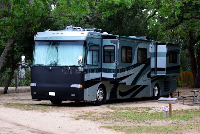 Дом на колесах припаркованный на месте для лагеря стоковые фотографии rf
