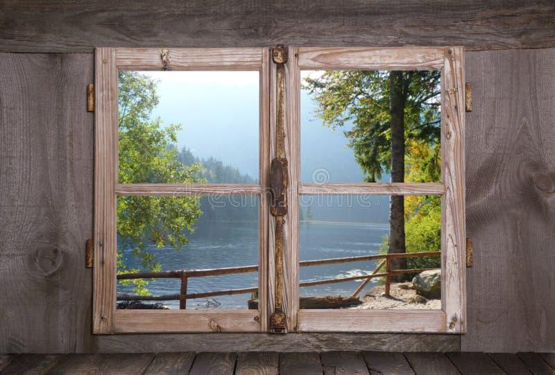 Дом на море в горных вершинах - старом деревенском деревянном окне стоковая фотография