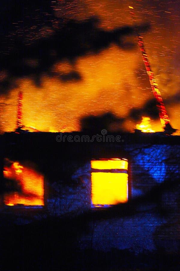 Дом на огне стоковые изображения