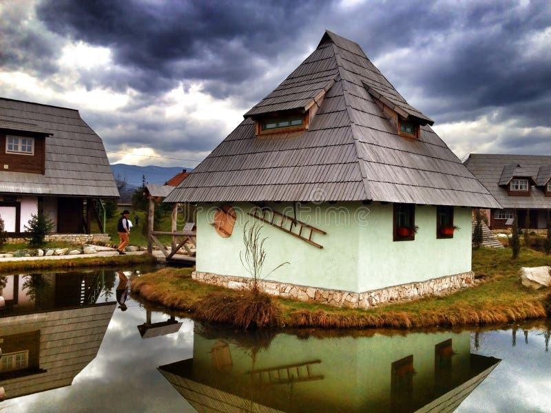 Дом на озере стоковые фото