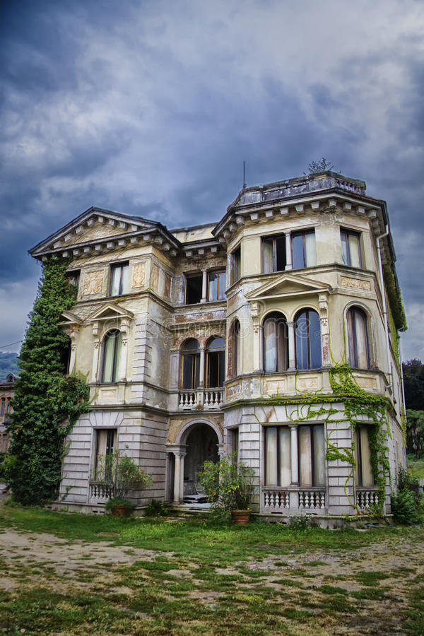 Дом на ом холме стоковое изображение
