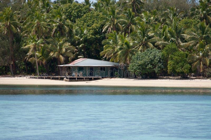 Дом на пляже на одном из тропических островов в Тонге стоковое фото rf