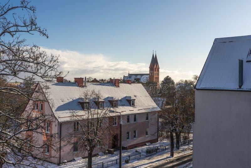 Дом на предпосылке церков в зиме стоковые изображения rf