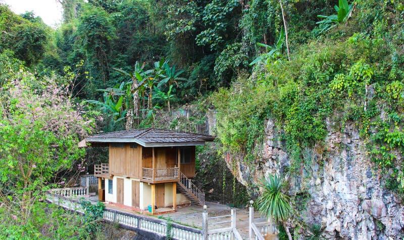 Download Дом на холме в природе стоковое изображение. изображение насчитывающей дом - 40577421