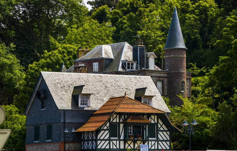Дом Нормана с обшивкой крышей в Этретате, Нормандия, Франция стоковое изображение