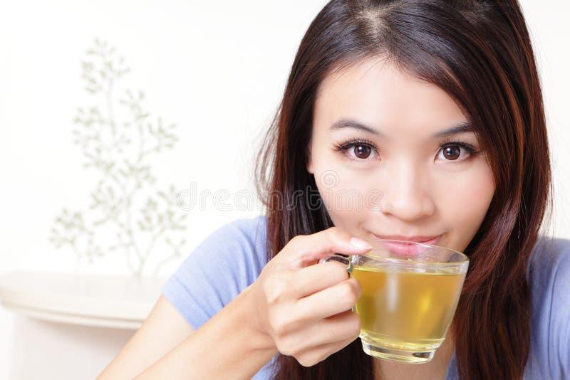 дом питья красотки предпосылки ослабляет женщину чая стоковое изображение rf