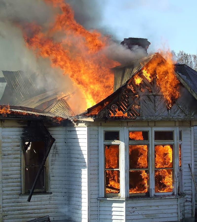дом пожара деревянная стоковые изображения