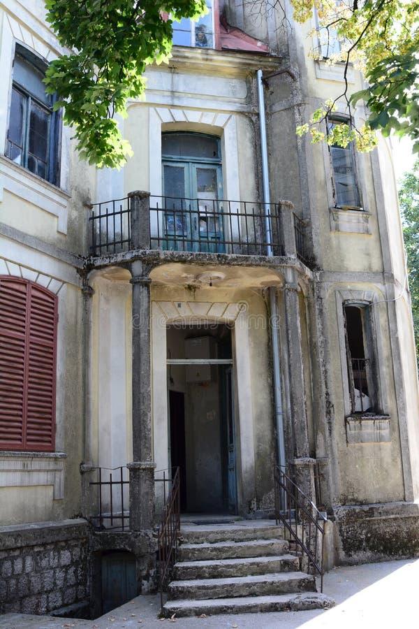 Дом покинутый прошлым столетием Cetinje Черногория стоковые изображения
