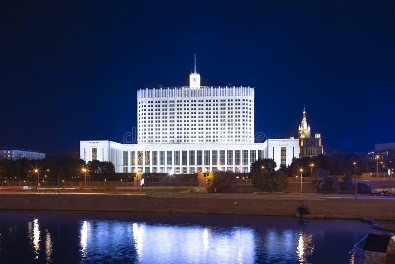 Дом правительства Белого Дома Российской Федерации, Москвы, России вечером стоковая фотография