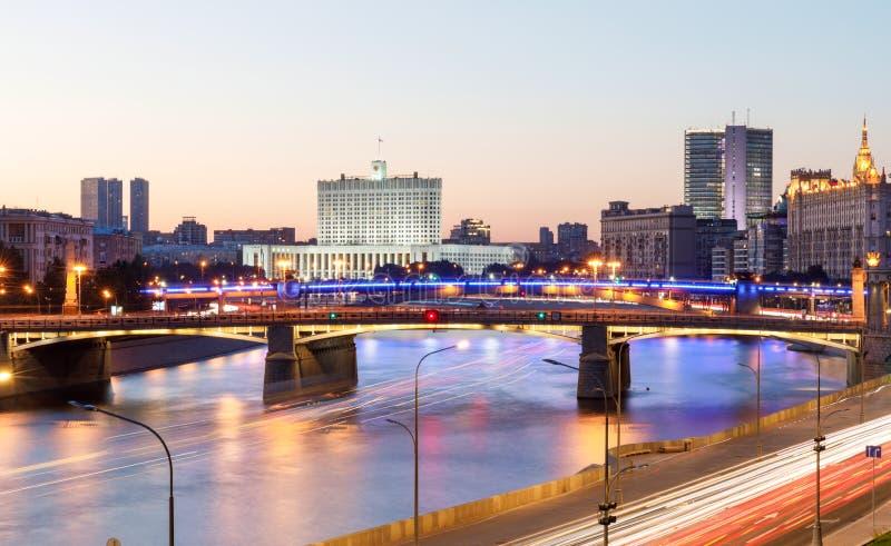 Дом правительства Российской Федерации, красивого реки Москвы, дороги ночи и движения воды вдоль реки стоковые изображения