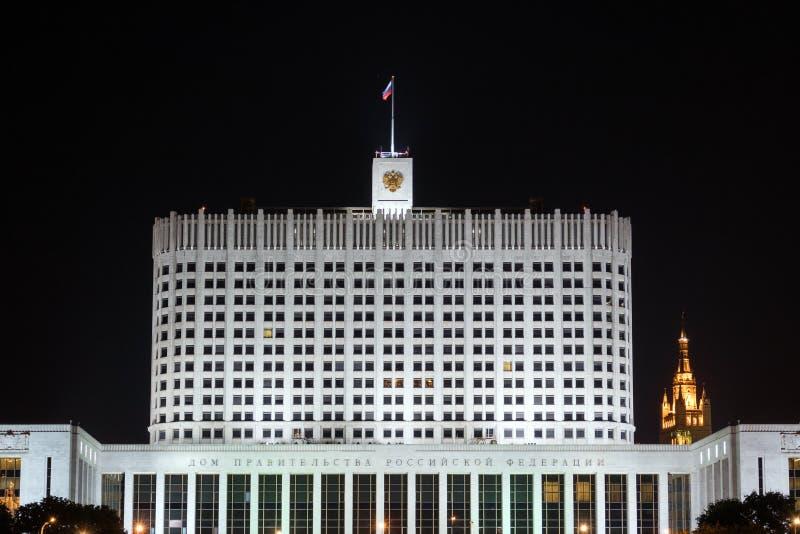 Дом правительства Российской Федерации к ноча стоковые фото