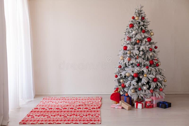 Дом праздничных подарков Нового Года светов гирлянды рождественской елки белый стоковое фото rf